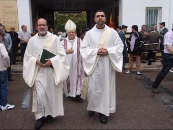 El bisbe,al centre, i al costat, el diaca Ignasi Lopez, que compagina el ministeri amb la feina de policia T. SOLER