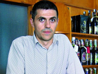 Emili Lehmann mostra alguns dels licors que comercialitza l'empresa de Tortosa.  L.M