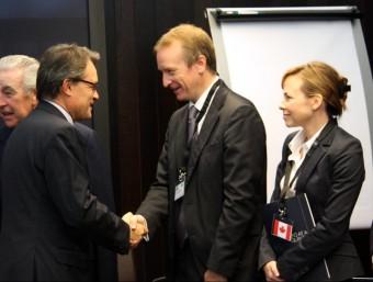 El president de la Generalitat, saludant alguns dels diplomàtics que han assistit a la celebració del 10é aniversari de l'ICFO ACN