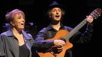 Mercè Sampietro i Eduard Iniesta, en una escena de '9 maletes' JORDI RIBOT / ICONNA