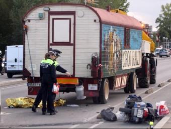 Un motorista, de 59 anys i veí de Montfullà, va impactar contra la part del darrera del remolc d'un camió del circ Raluy, al pont de Fontajau de Girona. JOAN CASTRO (ICONNA)