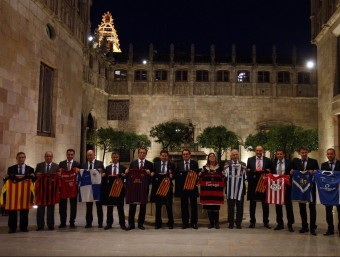 Els presidents dels clubs catalans que el 22 d'octubre van signar un conveni de col·laboració amb la plataforma Pro Seleccions al Palau de la Generalitat, amb Artur Mas ORIOL DURAN