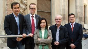 Els cinc representants de les entitats socials que han participat en el debat (esquerra a dreta): Manel Ferran (Metge de família), Josep Marquès (Creu Roja), Àngels Guiteras (Taula del Tercer Sector), Ramon Noró (Fundació Arrels) i Jordi Roglà (Càritas) ANDREU PUIG
