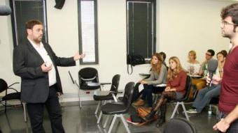 Oriol Junqueras respon una de les preguntes que li va fer un dels estudiants de la Universitat Pompeu Fabra. ANDREU PUIG
