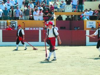 Banderes catalanes, cobla, barretines i espardenyes vigatanes son habituals a les places de toros del Rosselló i el Vallespir F. GARRIGUE