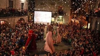 Els gegants de la Fal·lera Gironina ballant just en l'inici de les Fires de l'any passat, a la plaça del Vi de la capital. JOAN SABATER