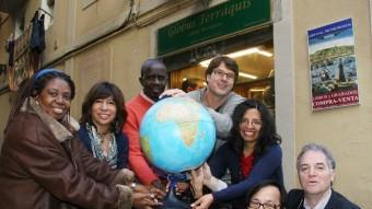 Catalans aguantat el planeta cedit per la llibreria Monimoon del carrer de la Unió, al Raval de Barcelona ANDREU PUIG