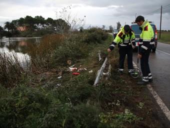 Els Mossos inspeccionant ahir el tram de la via on la conductora d'un cotxe va anar a parar en un canal XAVIER PI (ACN)