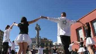 Una imatge del concurs de colles sardanistes a la plaça Calvet i Rubalcaba, el 2012 LLUÍS SERRAT