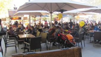Una terrassa plena de famílies aprofitant la bona diada de Tots Sants que va fer dijous per Fires D.V