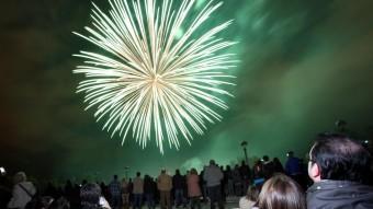 Milers de persones s'apleguen cada any a les ribes del Ter de Girona per observar el castell de focs que sempre tanca les Fires. JOAN CASTRO / ICONNA