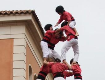 L'intent del 4 de 9 net de la Colla Vella dels Xiquets de Valls a Vila-rodona, ahir al migdia, es va trencar amb els dosos posats. La Colla Vella ja havia intentat infructuosament aquest castell per Santa Tecla a Tarragona. ELISABET MAGRE