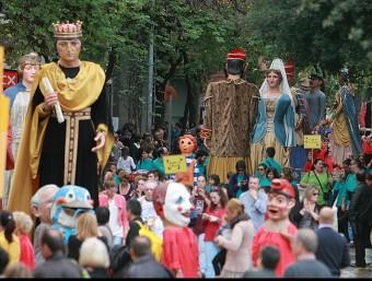 Els gegants de les 31 colles participants en la trobada, desfilant ahir pels carrers de l'Eixample MANEL LLADÓ