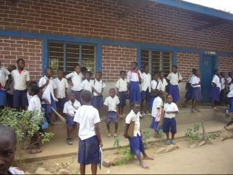 Un grup de nens surten de l'escola a Ifakara.  RAMON ROCA