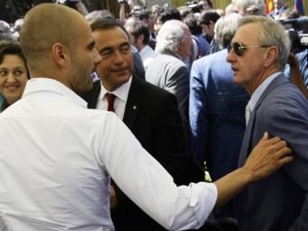 Cruyff i Guardiola conversen, davant de Rafa Yuste, en l'acte de presa de possessió de Sandro Rossell REUTERS