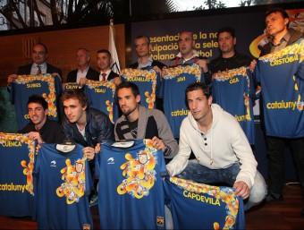 El president de la federació i els seleccionadors i alguns jugadors de la selecció absoluta de futbol i futbol sala, amb la nova samarreta. FERRAN CASALS