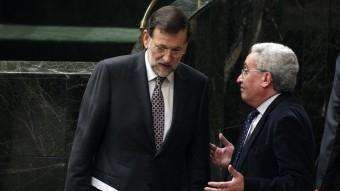 Mariano Rajoy parla, dimecres, amb el diputat Juan Carlos Aparicio al Congrés J.L. / EFE