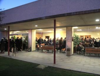 Tanatori de la funerària Juanals a Sant Feliu de Guíxols desbordat per acomiadar l'empresari i president de la FOEG Jordi Comas. EMILI AGULLÓ