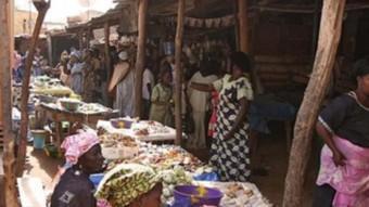 Un mercat del Senegal on es pot trobar cacauets i altres fruites.  ARXIU /JORDI PALOU