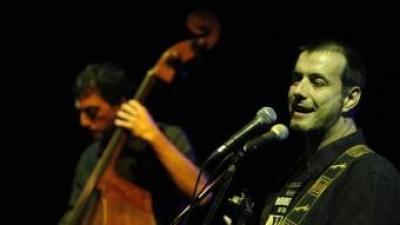 Cris Juanico, acompanyat pel contrabaixista Joan Solà-Morales, en un concert a Girona, l'any passat ARXIU