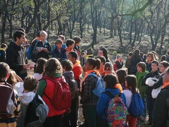 Els membres de la fundació Pau Costa divendres a prop del castell de Montroig explicant la prevenció del foc a la mainada. MANEL LLADÓ