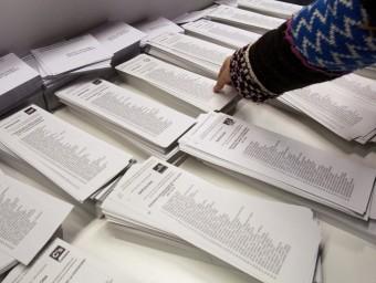 Paperetes electorals de diferents formacions, en un col·legi electoral. EL PUNT AVUI
