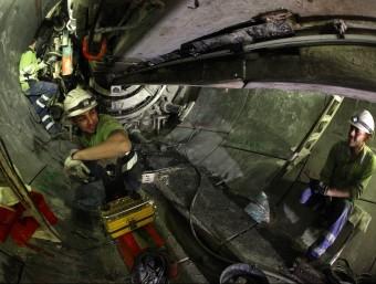 Treballadors al capçal de la tuneladora. LLUÍS SERRAT