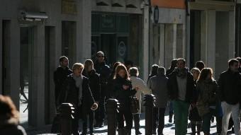 Aquests dies de festa, la gent passejava pels carrers més comercials. M. LLADÓ