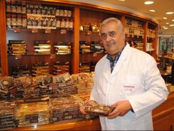 Àngel Velasco, responsable de Torrons Vicens, amb una barra del nou torró salat.  J.TORT