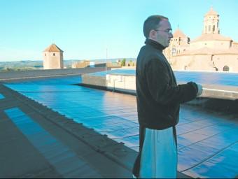 El prior a la taulada del Palau de l'Abat, que acull l'Arxiu Tarradellas. Les cintes fotovoltaïques alimenten l'edifici. JUDIT FERNÀNDEZ