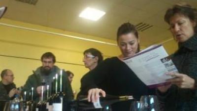 Vinyateres de Cotlliure fent el tast dels vins de l'Empordà A.R