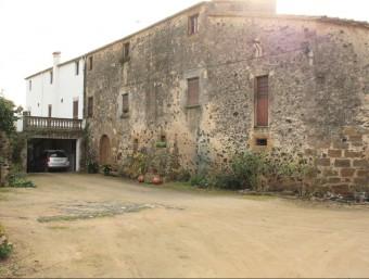 La masia coneguda popularment com Can Bona, on dimecres a les sis de la tarda quatre encaputxats van deixar-hi lligat un pagès amb una corda i cinta americana JOAN PUNTÍ