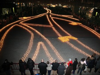 La plaça Catalunya de Figueres, il·luminada ahir per milers d'espelmes JOAN SABATER