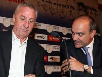 Johan Cruyff, conversant amb Andreu Subies , ahir durant l'acte en què es va presentar la llista de convocats per al partit de Nadal JUANMA RAMOS