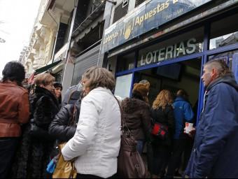 Persones a les portes d'una administració de loteries. EL PUNT AVUI