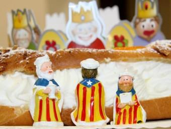 Les figures dels tres Reis Mags del tortell de Reis estan fets a mà ACN