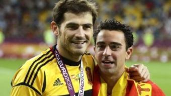 Casillas i Xavi sostenen el títol de campions d'europa EFE