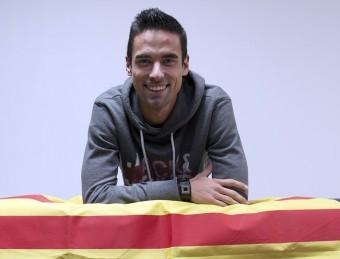 Raúl Rodríguez posa amb la senyera, en una sala de la Ciutat Esportiva Dani Jarque JOSEP LOSADA