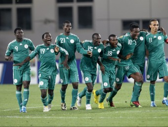 Els jugadors de Nigèria, durant la tanda de penals dels quarts de final de la copa d'Àfrica 2010, en una imatge d'arxiu EL 9