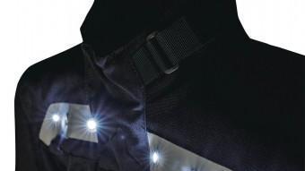 Vista frontal de la jaqueta Lynsted de Dane, amb llum blanca.