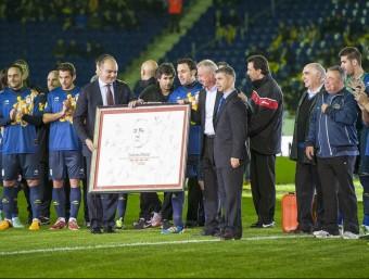 Johan Cruyff va rebre, per part d'Andreu Subies i Ivan Tibau, un dibuix signat per tots els jugadors de la selecció JOSEP LOSADA