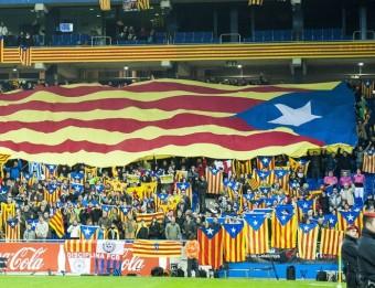 Una estelada gegant i, a sota, Jordi Alba i Sergio García, en accions del partit de la selecció de dimecres J. LOSADA / F. CASALS