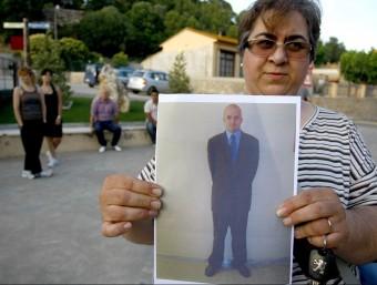 Isabel Muelas la mare del noi desaparegut mostra la foto de Sergi Suárez després de la desaparició. LLUÍS SERRAT