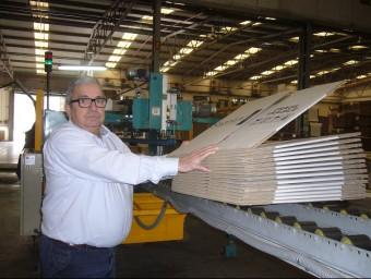 Antonio Arco mostra una de les caixes durant el procés de fabricació.  L.M