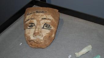 Màscara funerària de l'antic Egipte, una de les peces de la mostra sobre la mort que es pot veure a la Cultura de Girona. XAVIER CASTILLÓN