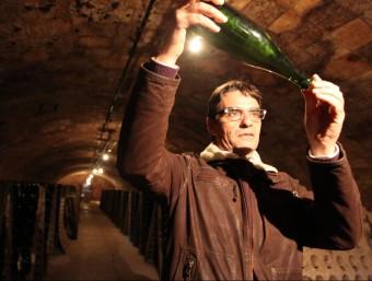 Xavier Nadal a la cava del celler, on les ampolles reposen a 20 metres de profunditat.  JUDIT FERNÀNDEZ