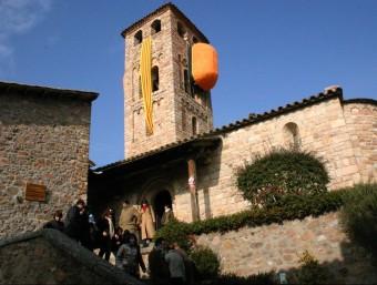 El campanar d'Espinelves, cobert amb una gran senyera MONTSE BARRERA