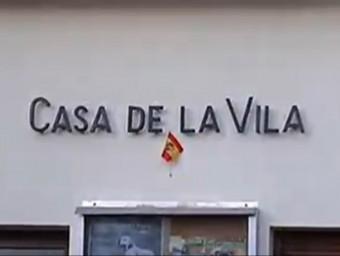 L'alcalde de Gallifa, Jordi Fornas (SI), ha col·locat una petita bandera espanyola per complir la llei