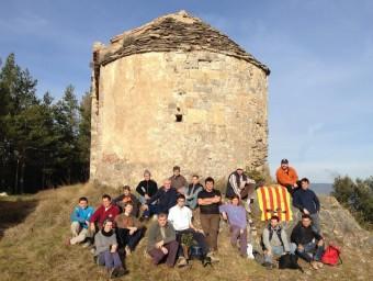 El grup de voluntaris que va participar en la tercera jornada de treball a l'ermita del Fau. EL PUNT AVUI