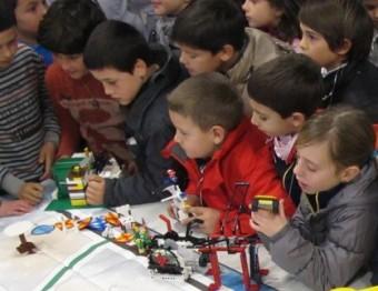 Nens de les escoles El Pla i Bosc de la Pabordia, de Girona, que participaran a la Junior First Lego League J.N